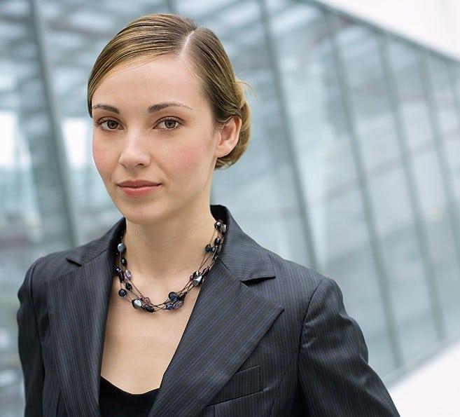 Frau am Gang eines Buerogebaeudes, Portraet